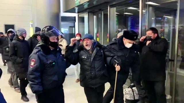 В аэропорту с Навальным очумелый дед · coub коуб