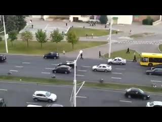 ОМОНовец стоит и бьёт проезжающие машины lkjhgfdertyui2 jvjyjdtw cnjbn b ,m`n ghjtp;f.obt vfibys lkjhgfdertyui2