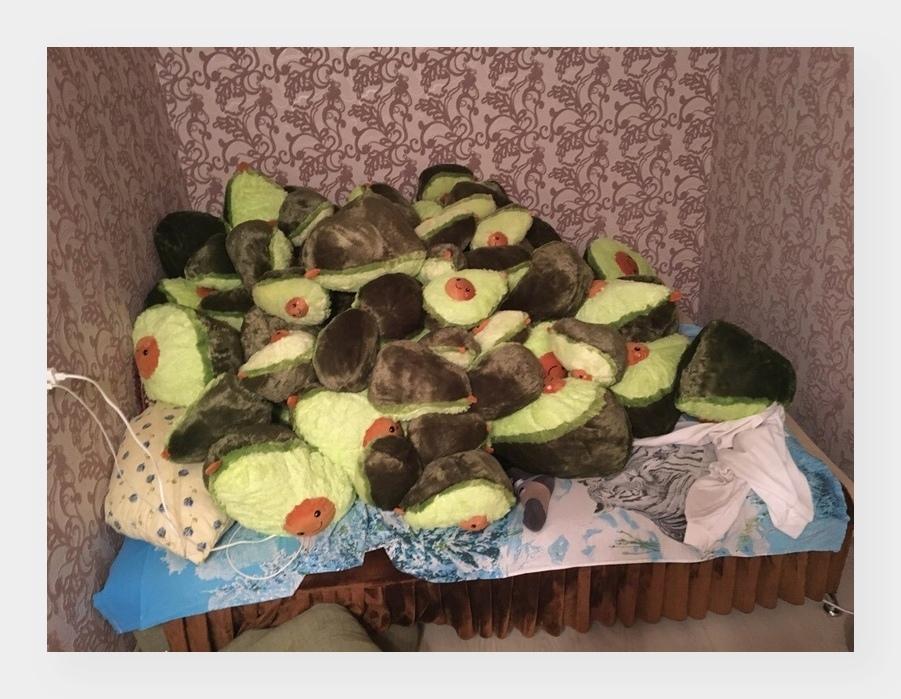Гора плюшевых авокадо в моей квартире