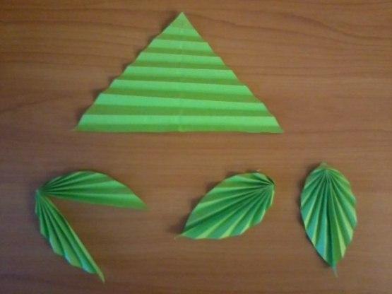 ОБЪЕМНАЯ НОВОГОДНЯЯ АППЛИКАЦИЯ ИЗ БУМАГИ Для ёлочки нам понадобятся треугольники из зелёной бумаги, можно добавить и несколько оттенков зелёного цвета. Треугольники складываем гармошкой, сгибаем