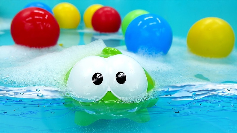 Jogos na piscina de bolinhas com Om Nom Nom Vídeo de brinquedos para crianças