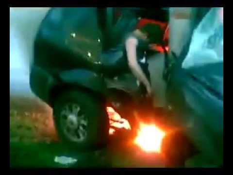 Вытащили человека из горящей машины
