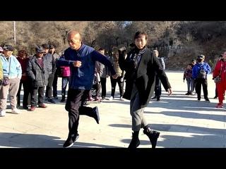 70多歲大爺和美女組合跳鬼步舞《送親》、《中國美草原美》,舞步動感ƃ