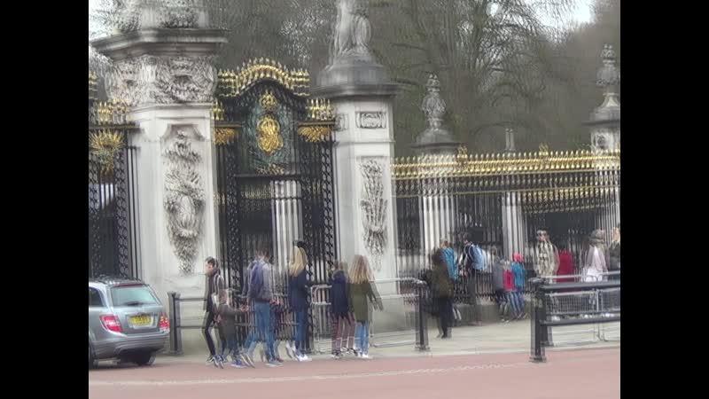 ЛОНДОН (60) Мы у ворот дворца Королевы Англии . Мы рассчитывали коропева встретит нас с хлеб солью но увы ...