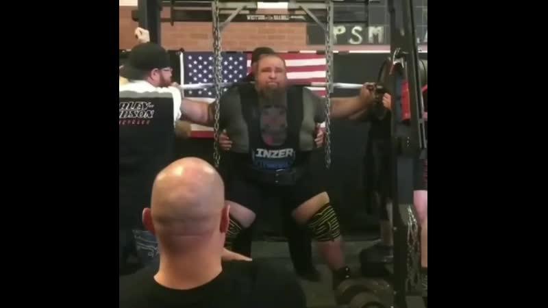 Американский атлет по прозвищу трактор приседает 580 кг