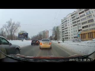 Челябинский_полицейский_остановил_машины.mp4