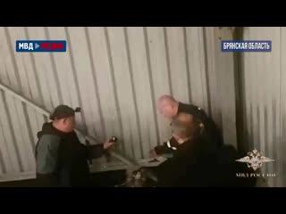 Работник нефтебазы с сообщниками сливал бензин из трубопровода