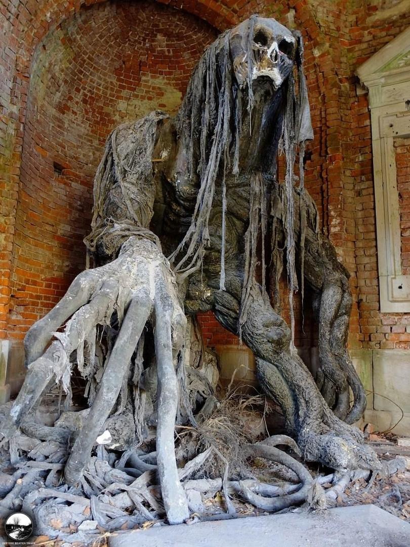 Статуя демона в заброшенном польском мавзолее