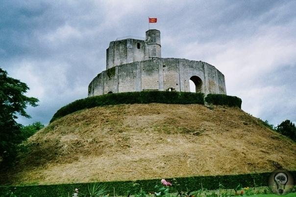 Загадка замка Жизор Замок Жизор один из самых мощных, красивых и загадочных сооружений средневековой Европы. Он стоит на окраине одноименного города в Нормандии (63 км от Парижа) и в средние