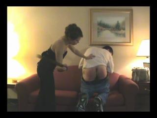 Фемдом (F/M): Госпожа наказывает раба ремнем за кражу.