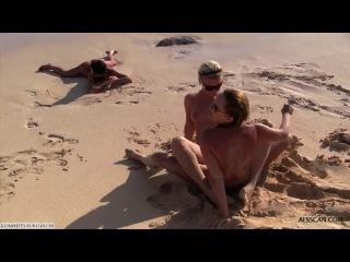 Пьяные студентки весело резвяться на пляже