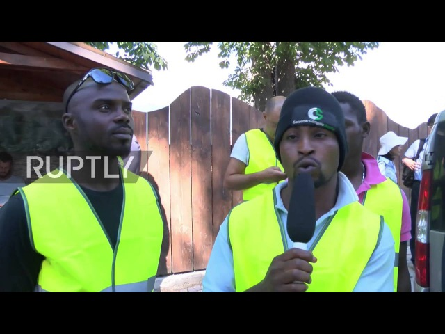Италия Добровольцы из числа беженцев помощь землетрясения усилия по спасению в Аматриче