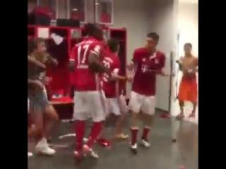 Футболисты Баварии танцуют в честь Чемпионства