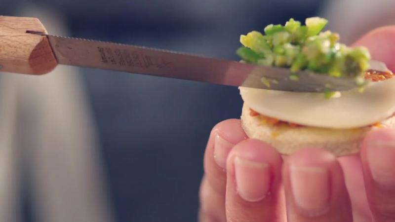 El Swiss Cheese Touch_ Milhojas de Emmentaler AOP suizo con olivada