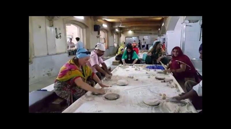 Кухня гурудвары в Дели. Помогаю делать чапати. Как кормят в гурудваре...