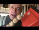 Зачем нужен Веник и совок — Видео прикол это бахает трахает мужик веником по совку Супер бах бац трах