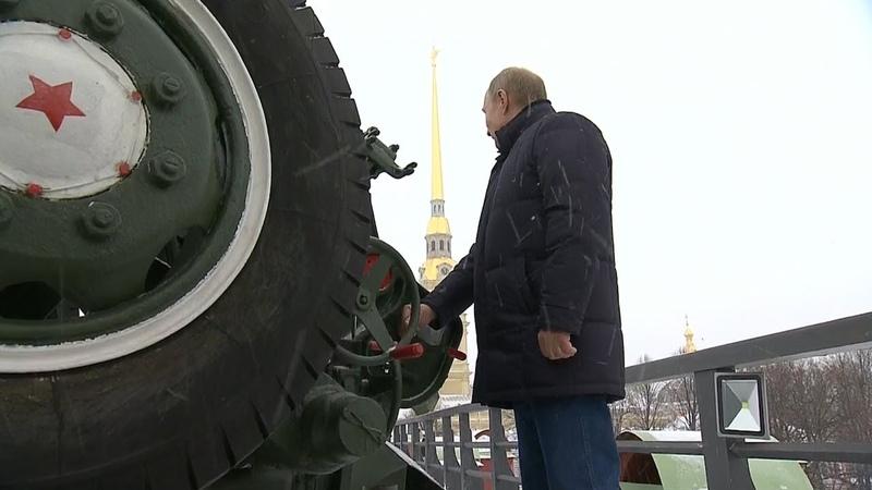 Путин выстрелил из пушки во время гуляний в Петропавловской крепости