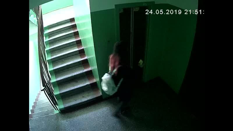 Расклейщица спама на лифтовые двери