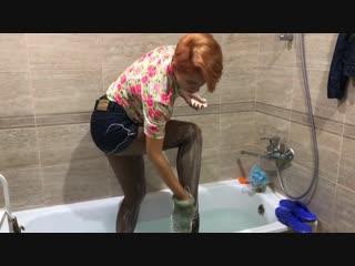 Девушка в колготках и джинсовых шортах купается в ванне / girl in pantyhose and jeans shorts takes a bath