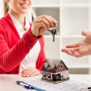 Закрывающий агент должен убедиться, что все документы и записи заполнены правильно во время продажи дома.