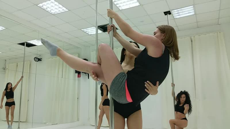 Занятия Pole dance в школе Синди