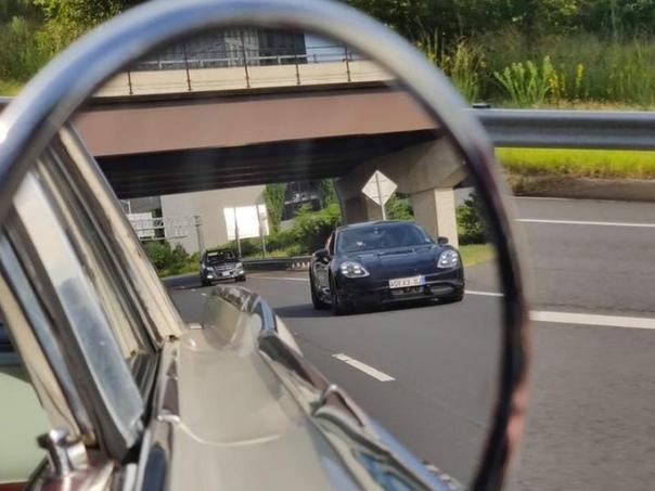 Дебютный электромобиль Porsche сфотографировали на дороге Дебютный