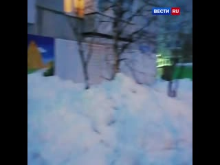 Попытка очистить кровлю жилого дома в Коми привела к разрушениям.