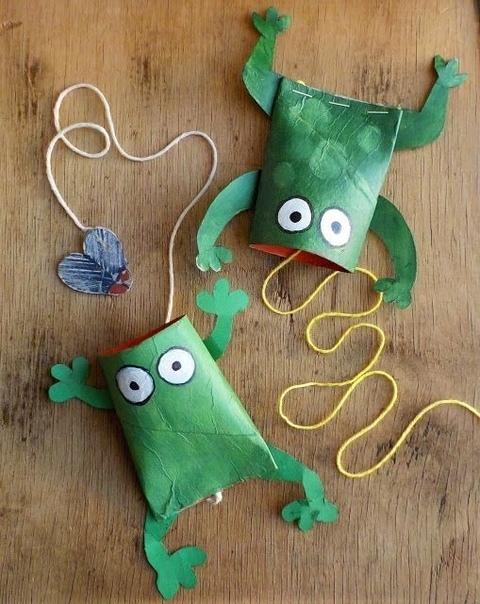 ИГРУШКИ - ЛЯГУШКИ Замечательная игрушка для развития ловкости у маленьких детей. Берем лягушку с мухой внутри и резким толчком руки подбрасываем муху вверх. Затем ловим падающую муху с помощью