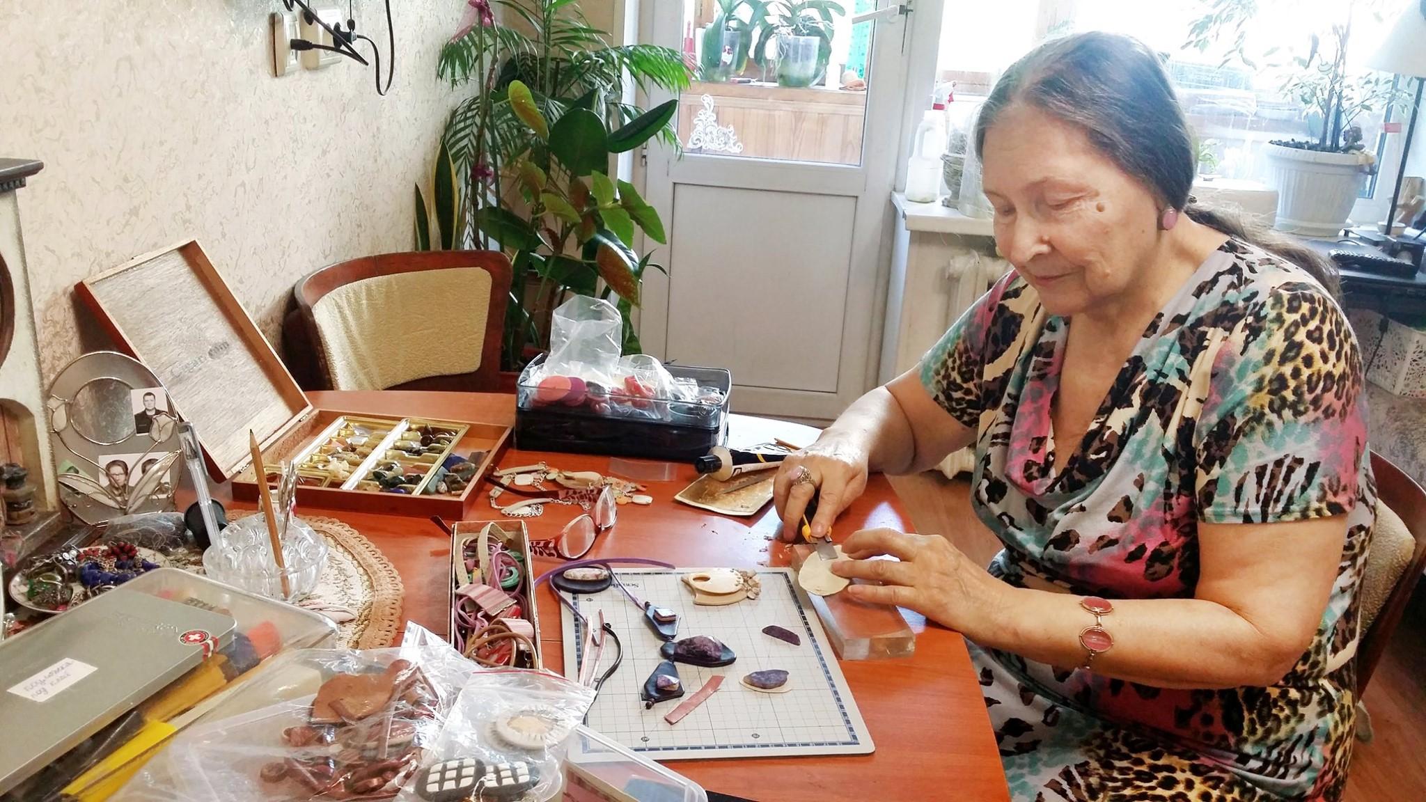 Жительница Рязанского района создает красивые бусы