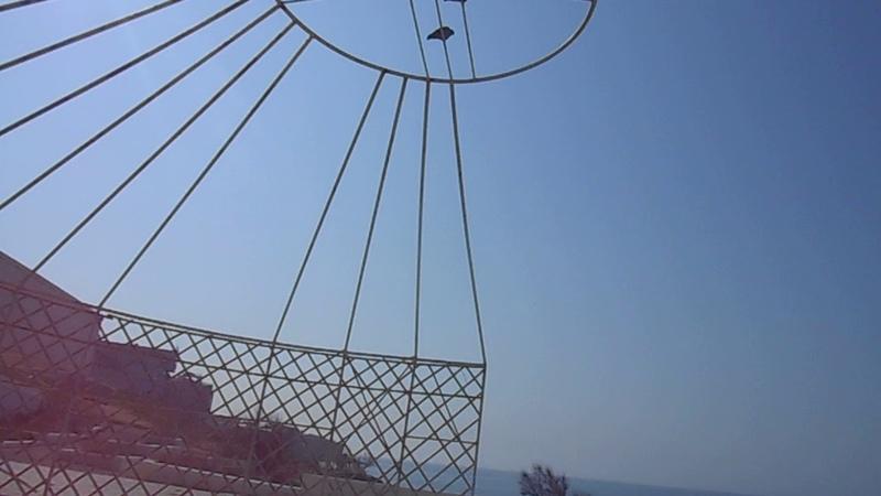 Остов юрты на крыше музея на 5 А мкр на берегу Каспия в Актау