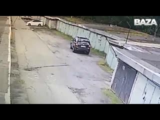В Питере девушка пыталась заехать в гараж сама