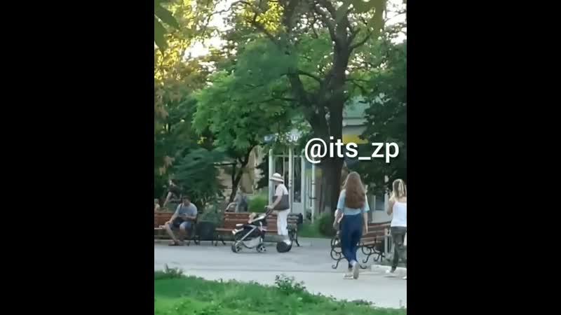 В Запорожье пенсионерка на гироборде гуляла с детской коляской