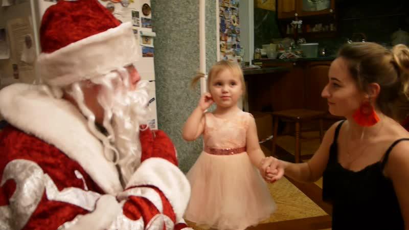 Алисе 2 года рассказывает стишок Деду Морозу Катюше 3 года танцует танец для Деда Мороза