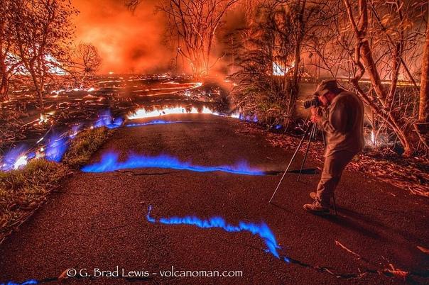 При извержении вулкана на Гавайях, в разломах земной коры синим пламенем горит метан