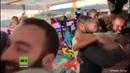 Italien: Migranten auf Open Arms-Schiff feiern, dass sie nun an Land und in EU-Länder gehen dürfen
