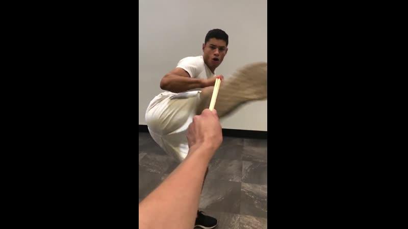 Бразильский боец MMA Уэбер Алмейда зажег огромную спичку ударом ноги