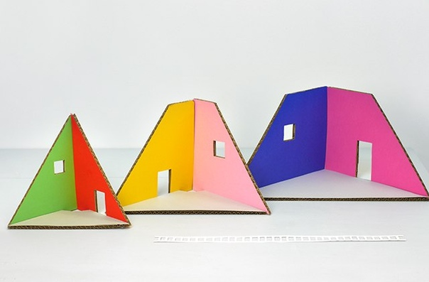 НОВОГОДНИЙ ДОМИК ИЗ КАРТОНА Вот такой одновременной простой в изготовлении, но уютный домик можно сделать из картона. Схему можно скачать под