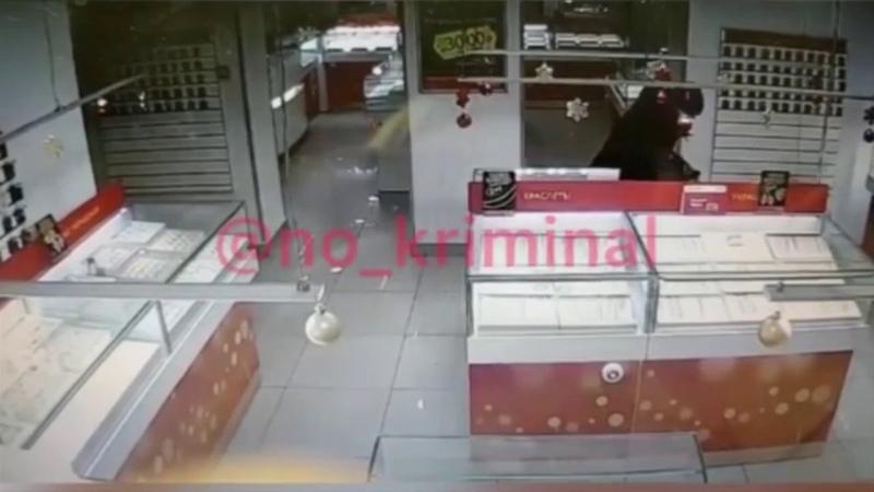 Появились кадры налета на ювелирный магазин которые ограбили в Челябинске