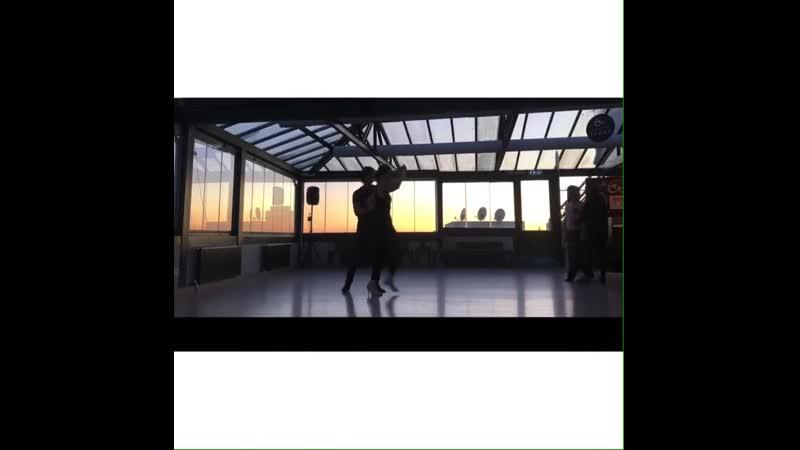 Birce Akalay танцует