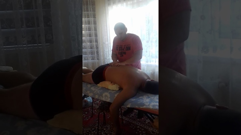 Массажист на приеме у костоправа Убираем боль в пояснице Chiropractic