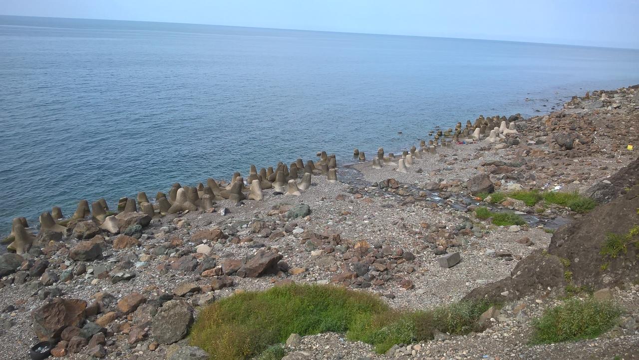 бетонные конструкции уменьшают удар волн о берег