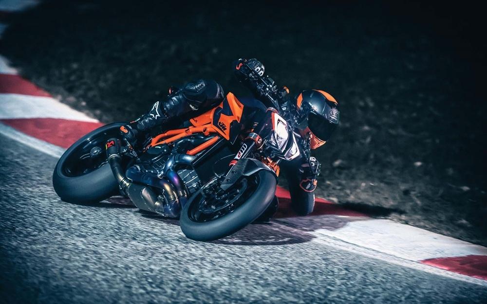 KTM 1290 Super Duke R жжет резину (видео)