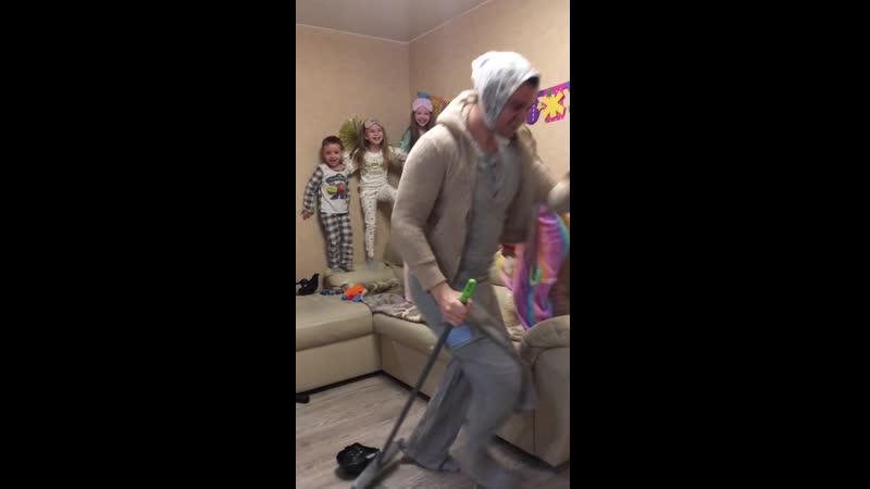 Танец уборщицы
