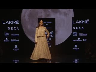Мрунал Тхакур на Lakme Fashion Week 2019