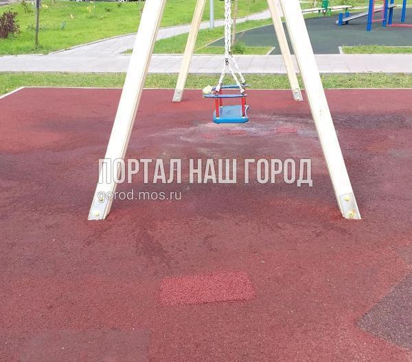 Детскую площадку во дворе на Вертолетчиков привели в порядок по просьбе жителя