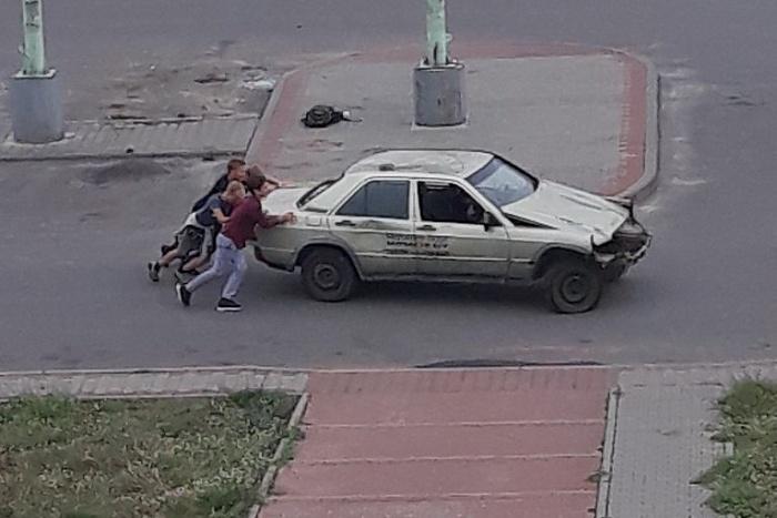 Брошенную машину били и толкали дети. Как в Бресте борются с автохламом