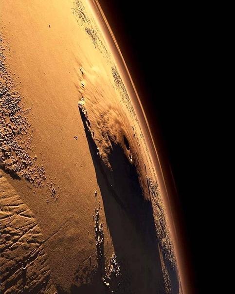 Фотография Олимпа - щитового вулкана на Марсе, самого большого вулкана в Солнечной системе Почти в 3 раза выше