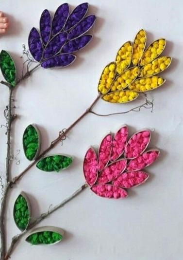 Поделка цветущая ветка из салфеток С младшими школьниками можно сделать поделку цветущей ветки, используя подручные материалы.Листья и лепестки цветов делаем из картонных рулонов от туалетной