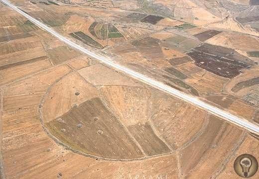 Тайна Больших кругов Иордании В Иордании есть археологическая тайна - Большие круги. Эти огромные структуры сделаны из каменных стен высотой всего 1-1,5 метра, и окружностью около 400 метров.