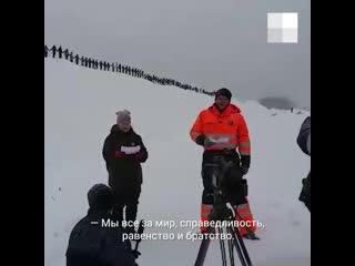 На Шиесе люди выстроились вдоль железной дороги для видеообращения